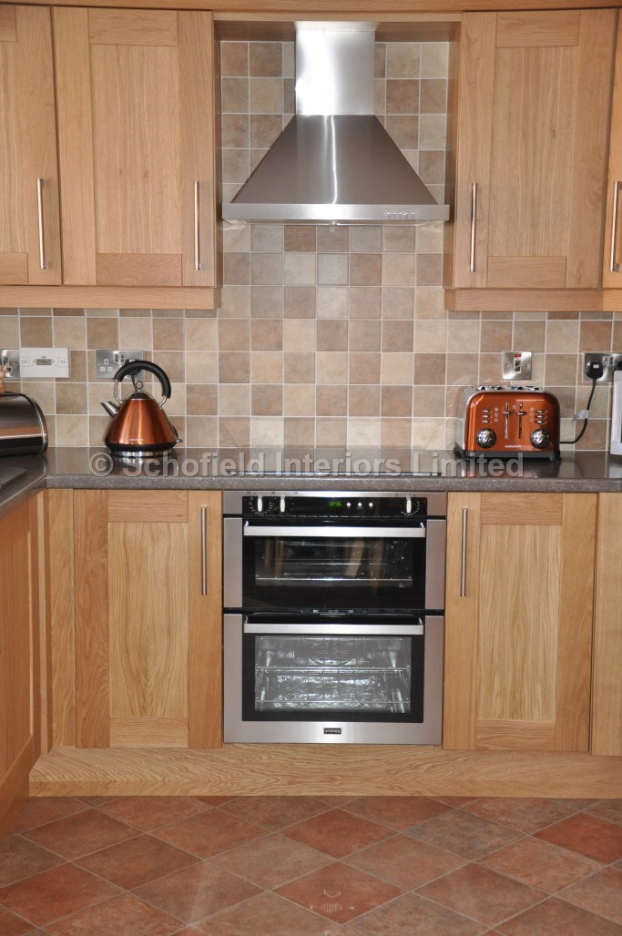 Oak shaker kitchen with laminate worktops schofield for Looking for kitchen