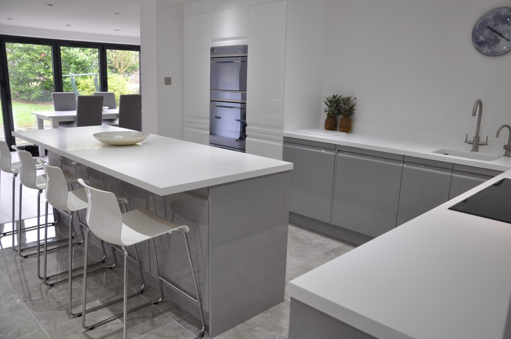 Viseu‬ Handleless Grey Amp White High Gloss ‪kitchen‬ With White ‪corian‬ Worktops And ‪smeg